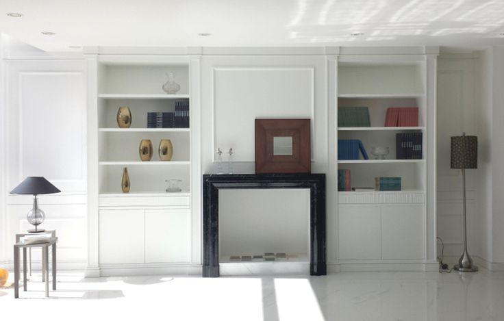 Libreria su misura laccata bianca con camino marmo nero. White laquered boiserie with black marble fireplace. @italianstyle @bespokefurniture
