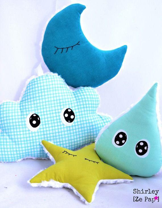 Ensemble décoratif pour chambre d'enfant, thème nocturne : une lune et une étoile, un nuage et une goutte d'eau... yeux brodés ou cousus ...