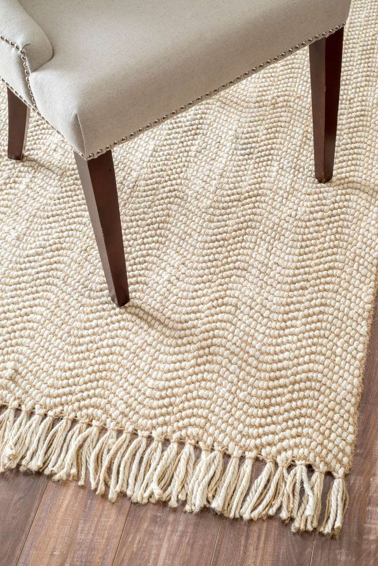 Take style to a new level with this hand woven tassel rug that is available in various sizes to suit your requirement. The natural fiber rug is made out of jute and lends a class to your room.