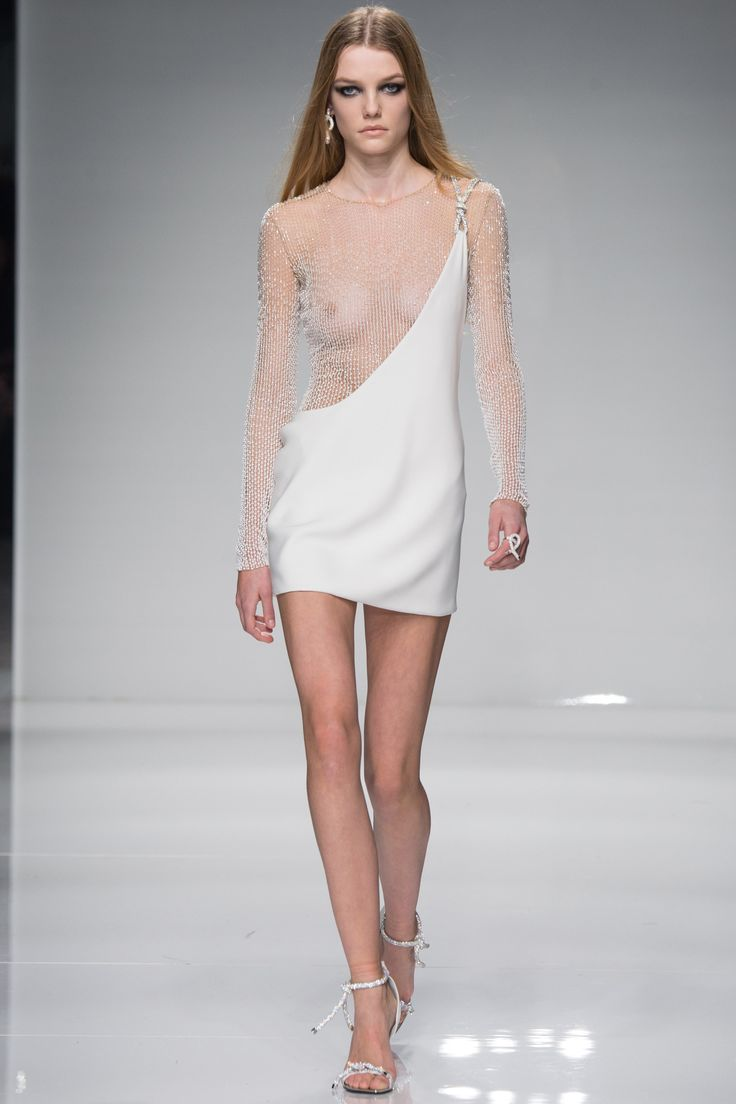 The daring spirit of Gianni comes to surface at times, Atelier Versace Spring 2016 Couture