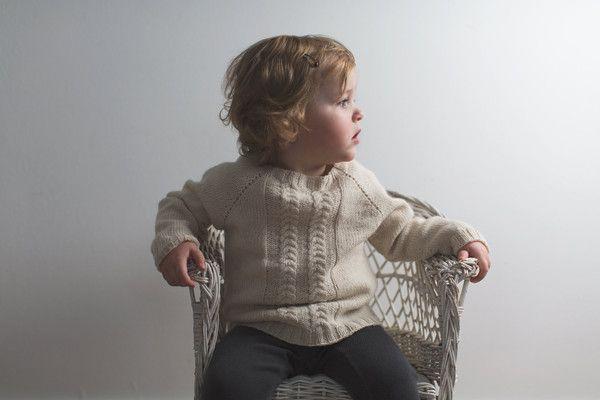 Denne dejlige bløde sweater er en variant af vores klassiske sweater, som også kan købes her på shoppen. Vi har tilføjet snoninger som en fin detaljer, der giver et nyt udtryk til den populære klassiker. Sweateren er let, lun og utrolig praktisk tilbåde den lille pige og den lille dreng. Børnene elsker den, fordi den ikke kradser eller kravler op i halsen og vi bruger den året rundt både til hverdag og fest. Garnetfindes i så utroligt mange fine farver, som alle er melerede og kan…