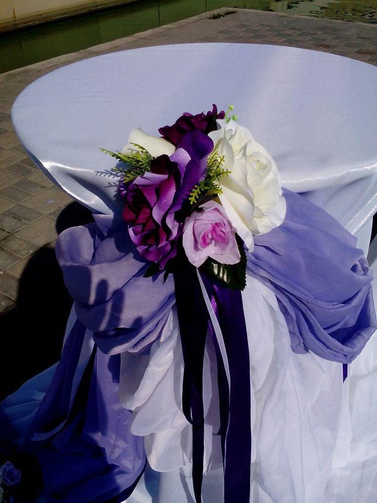 декор стола... ткань и композиция из искусственных цветов
