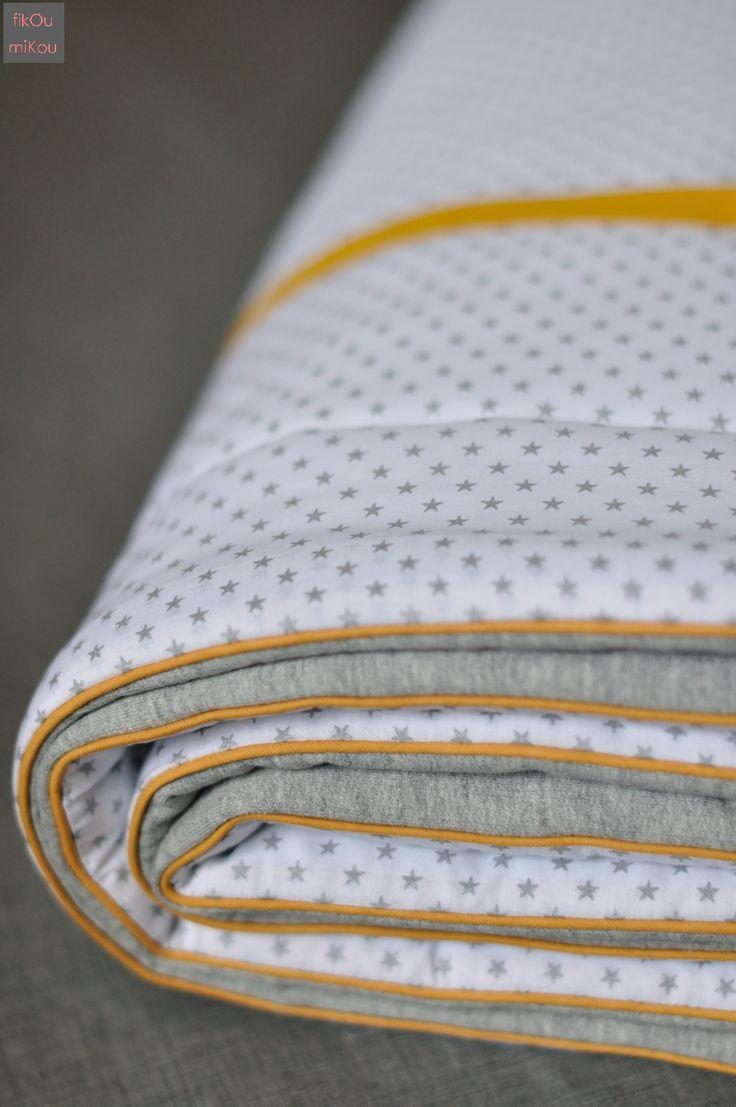 Couverture bébé, jersey gris, batiste blanc à étoiles argent France Duval Stalla, touche de moutarde - fikOu miKou