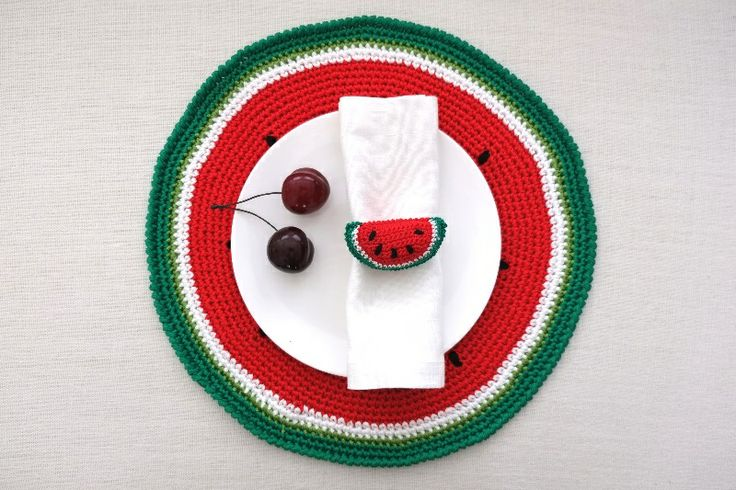 Anguria, menta e gelsomino: pre-collezione estiva 2014 #Centrotavola #Milano. Sottopiatto a forma di anguria cucito all'uncinetto. Watermelon underplate/placemat crochet made in Italy.