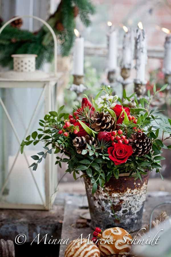 Röda rosor, tulpan och ranunkel, hybericum (de små röda bären), vit vaxblomma, grenar från mastixbuske (Pistacia lentiscus), några tallkvistar och kottar. Av dem är denna stämningsfulla julbukett...