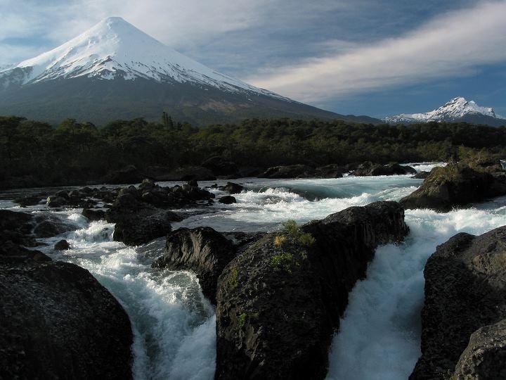 Saltos del Petrohué y de fondo Volcán Osorno- CHILE