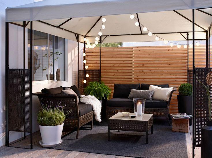 Obývák na terase? A proč ne, stačí měkké sedáky, polštářky a příjemné osvětlení.