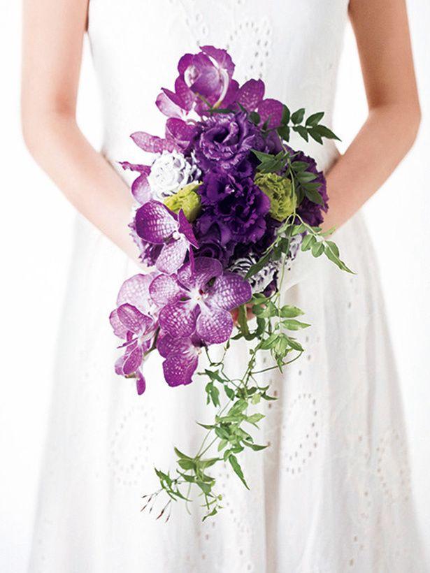 花嫁にふさわしい気品とエレガンスを感じさせるパープルのブーケは、グリーンを使い、全体を流線形に仕上