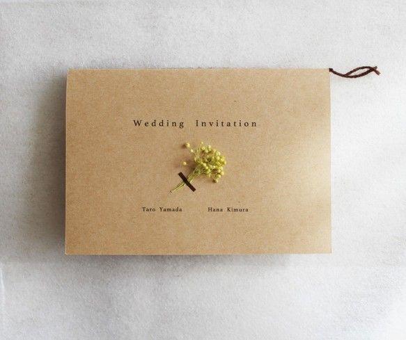 ****************** こちらは、招待状のサンプル購入ページとなります。 オーダーのご相談は、「質問・オーダーの相談をする」よりお願いいたします。 ****************** 結婚式用の招待状セットなります。緑色のかすみ草のプリザーブドフラワーを一枚一枚付けており、シンプル×ナチュラルなデザインとなります♡招待状・中紙・封筒・返信用はがき・金色シールのセットとなっております。※本オーダーでの販売は20部からとさせていただきます。□同デザインの招待状・席次表について 席次表→https://www.creema.jp/item/1513126/detail席札→https://www.creema.jp/item/1513217/detailサンプルセット→https://www.creema.jp/item/1513121/detail□価格 サンプル→送料込み500円になります。オーダー→1セット300円×...