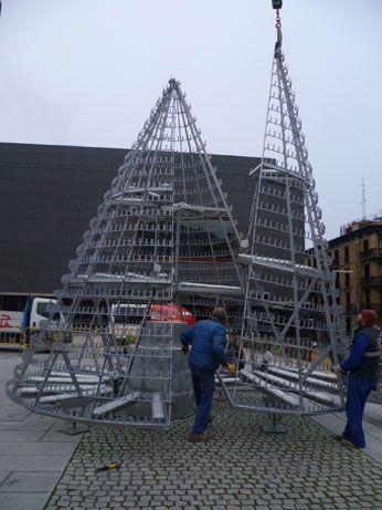 Chocarro y Urmeneta s.l.p. / Arquitectos | Selección | Árbol de Navidad de Botellas Reutilizadas