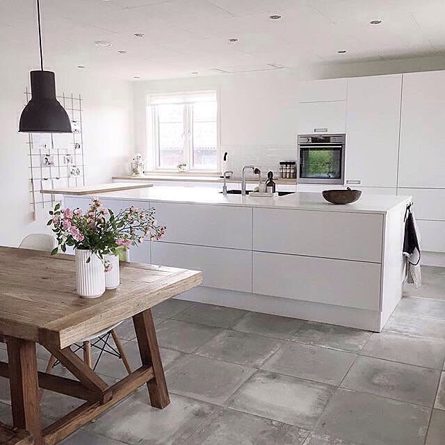 Just love the kitchen + dining of @simoneoe - white on white kitchen, concrete floors and that table | ImmyandIndi