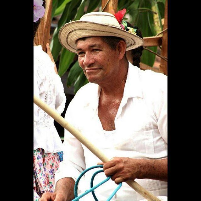 ... una de la fotos tomadas el pasado fin de semana en el Festival Nacional de la Mejorana N° 66 a este caballero de, en una de las carretas del festival ! #Panamá #Guararé #Festivaldelamejorana #campesino #trabajador #arte  #típico #sombrero #mirada #sentimineto #photo  #photography #tradición #cansancio