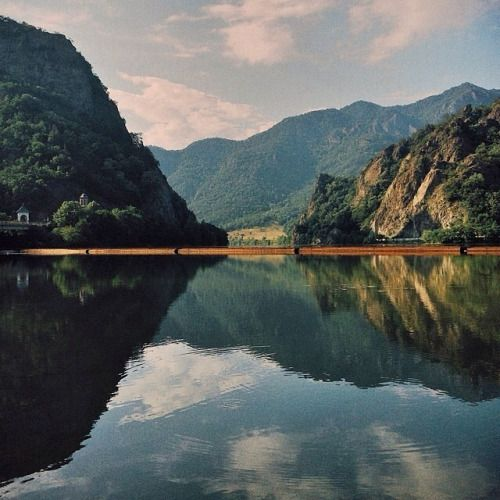 Priveliște la intrare pe Valea Oltului. Lacul de acumulare Turnu, Râul Olt, #Calimanesti Județul #Valcea Mulțumim @dragosbardac pentru fotografie. #romaniamagica #romania