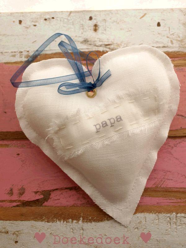 Linnen hartje 'papa'.   Linen heart 'dad'.   Handmade by ♥ Doekedoek ♥