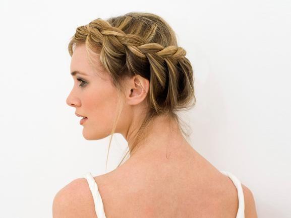 Ein geflochtener Haarkranz ist nicht nur auf dem Oktoberfest passend: Auch als Abwechslung zum Alltagslook ist die Frisur ein Hingucker. Wir erklären in zwei einfachen Anleitungen, wie Sie Ihr Haar in eine schöne Flechtfrisur legen. www.fuersie.de/beauty/frisuren/artikel/anleitung-haarkraenze-flechten