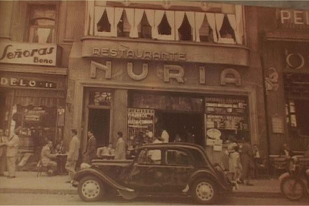 El bar Núria va obrir les portes, davant de la font de Canaletes, el 1933. Barcelona.