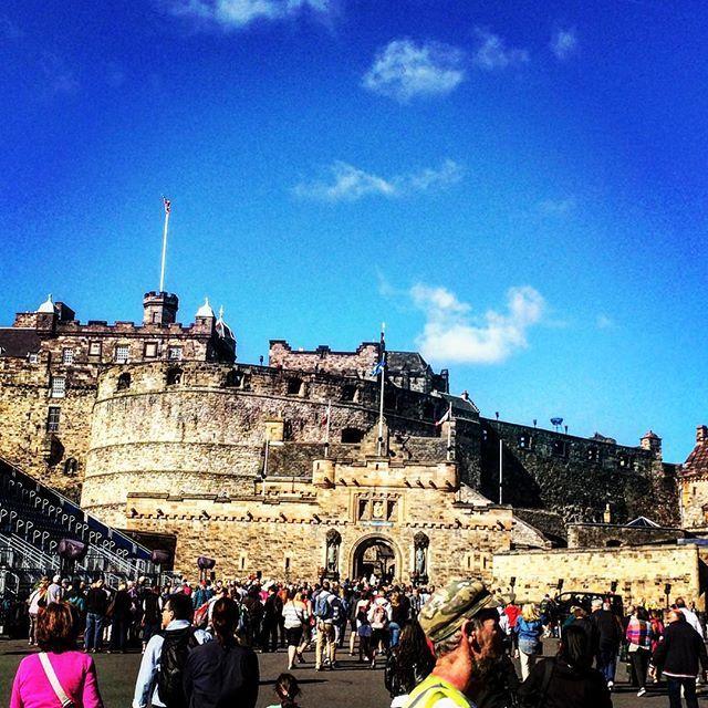 Castello di Edimburgo #Edimburgo #edimburgh #Scozia #scotland #castello #castle #stupendo #quantomigasanole #cornamuse #instascotland #instapic #picoftheday by ale_monte_20