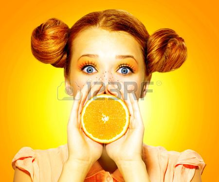 Meisje neemt sappige sinaasappel Beauty vrolijke tiener meisje met sproeten Stockfoto