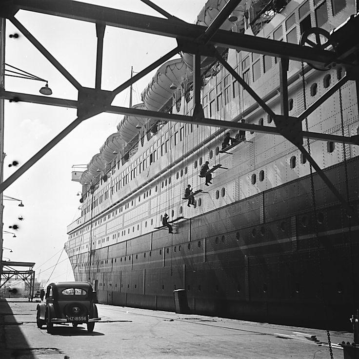Eva Besnyö. Shipyard