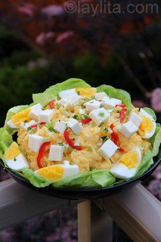 Pommes de terre façon équatorienne avec fromage frais, tranches de piment et œufs durs