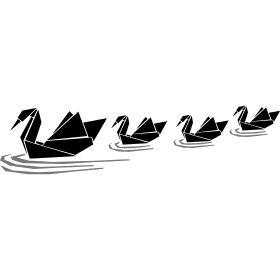 Papier Schwanenfamilie - Eine Vierk�pfige Schwanenfamilie aus gefalteten Papier schwimmt �bern See.