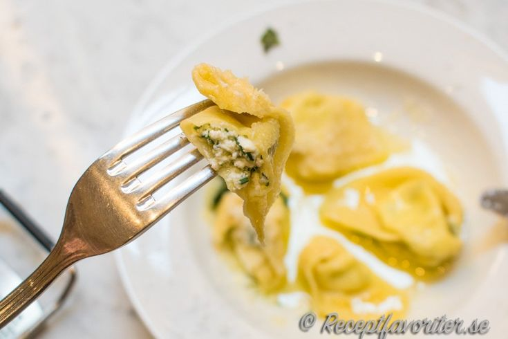 Tortelloni med smör och salvia. Fyllda med en röra av färskosten ricotta, hackad persilja och riven parmesan. Kokta och sedan vända i lite smält smör, färsk grovt hackad salvia och finriven parmesan.