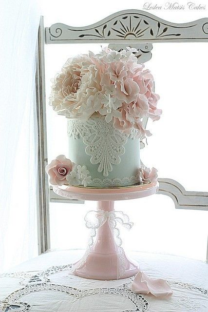 Another gorgeous cake by Leslea Matsis ~❥smaller flowers
