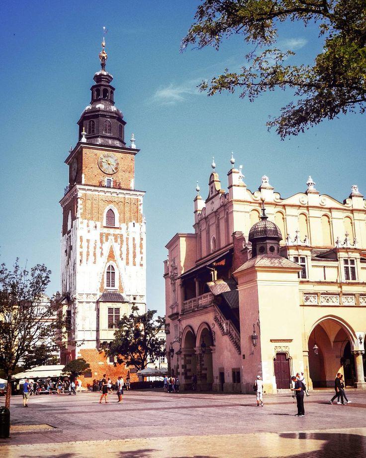 Stare Miasto w Krakowie. Jak zwykle czarujące ale i pełne turystów  _______________ #docelowo #Kraków#Krakow#Cracow#Cracovia#Krakau#Poland#Polska#Polen#Polonia#oldtown#mainsquare#townhall#summer#vacation#july#morning#goodmorning#sunnyday#beautiful#city#biketrip#citylife#turist#travelblog#traveling#travelgram