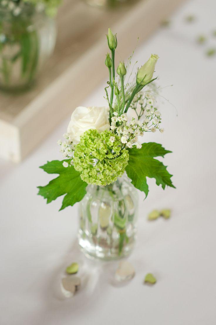 Tischdeko in Frühlingsfarben, weiß und grün.