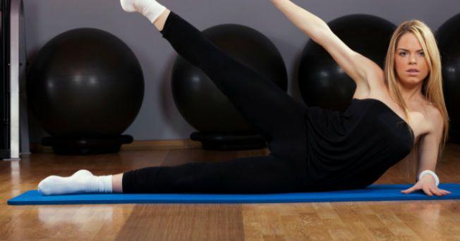 El tipo de grasa y disposición de la misma en el cuerpo, es más frecuente encontrarlas en las caderas de las mujeres que de los hombres; se conocen como chaparreras. Los expertos opinan que para eliminar el tejido graso que se acumula en la parte lateral de la cadera debemos hacer ejercicios muy localizados, independientemente del control de nuestra dieta y la rutina de ejercicios cardiovasculares que realicemos. Aquí te presentamos una rutina que te ayudará a lograrlo:   Tómalo en cuenta La…