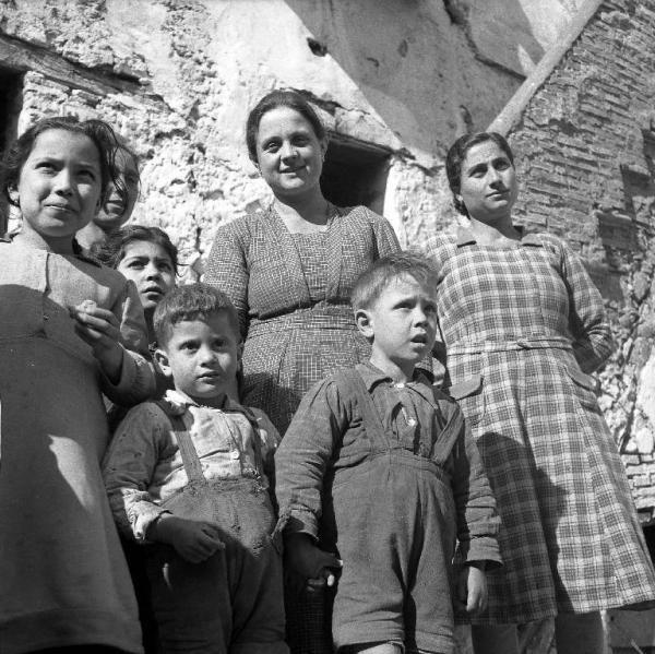 melissa crotone | Melissa (Crotone) - Donne e bambini all'esterno di una casa