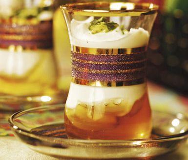Syrlig yoghurt och söt honung i portionsglas. Toppa med hackade pistagenötter och mortlade kardemummakärnor. En frisk och fräsch dessert som för tankarna till fjärran länder.