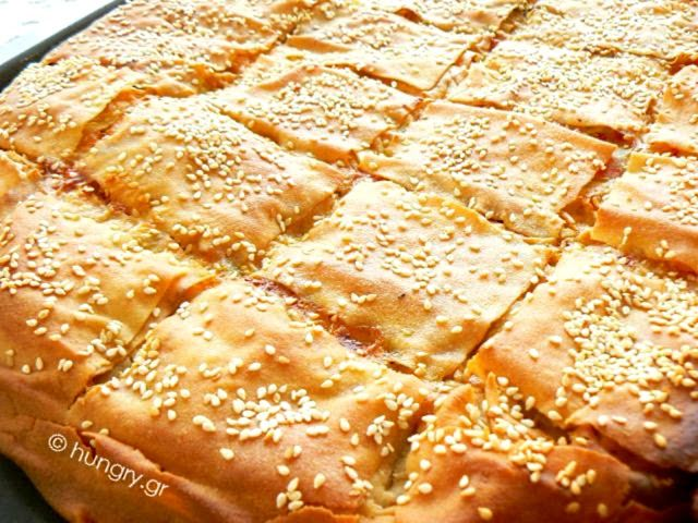 Πιπερόπιτα, ζουμερή εξ αιτίας της κρέμας, με πολύχρωμες πιπεριές, μανιτάρια και τυρί. Δεν παραλείπουμε την κρέμα μπεσαμέλ