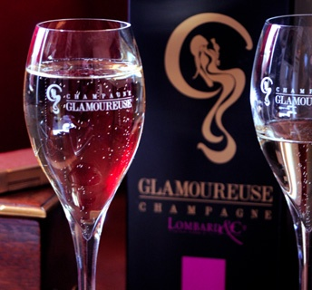Le Champagne Glamoureuse, puisant ses origines à Epernay, est formulé en cooperation avec La Maison Lombard & Cie., fondée en 1925. De ces vignobles sont issus trois cépages majestueux,: le Pinot Noir au caractère puissant, le Pinot Meunier apprécié pour sa rondeur, son fruité, et le Chardonnay, symbole de finesse, de légèreté et d'élégance.