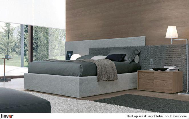 Strak, grijs en modern! Door het gebruik van houten kastjes, krijg je een andere look dan alleen maar grijs en wit.