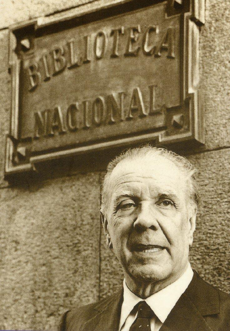 Jorge Luis Borges al pie de la Biblioteca Nacional de Buenos Aires, que él dirigió entre 1955 y 1973.