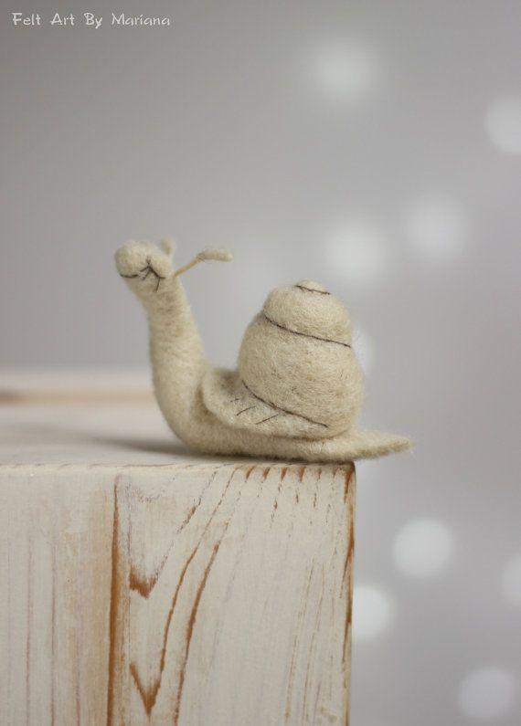 Diese kleine Nadel Gefilzte Schnecke Sofia vor ein paar Tagen geboren. Aber hat Sie bereits ihr eigener Stil, sie ist aus Wolle, und Liebe weißen Farbe. Sie mag die langsame Spaziergänge nach Regen. Ich benutze Filz Nadel-Techniken und 100 % reine Wolle Form Bulgarien. Ich färben die Wolle von mir, die richtigen Farben zu erreichen. Größe in cm: 8 cm lang Größe in Zoll: 3 cm lang Meine Puppen sind von mir handgefertigt, jedes ist einzigartig und trägt seine eigenen Emotionen und Stimmung....