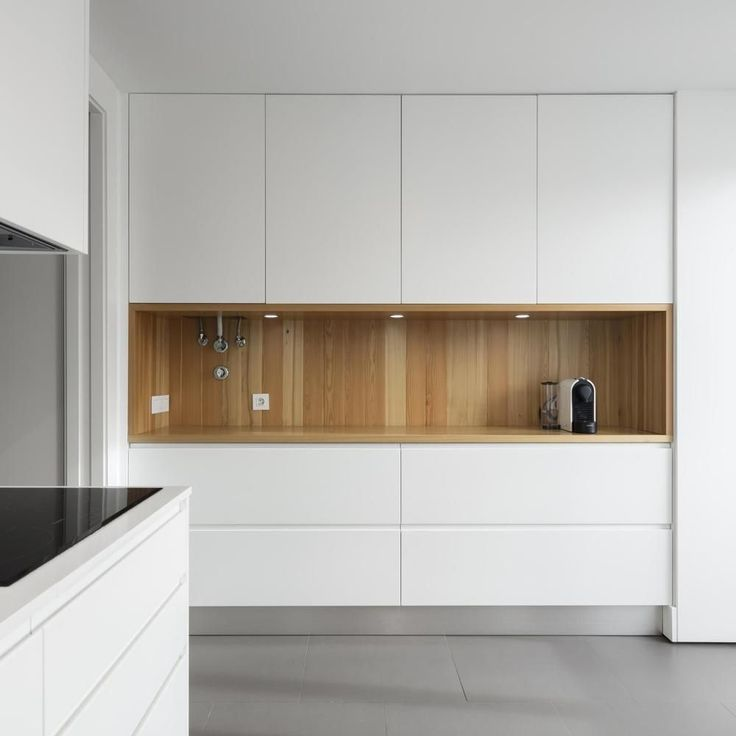 cozinha minimalista; cozinha branca; madeira; balcão de apoio; Apartamento no Restelo by OW arquitectos