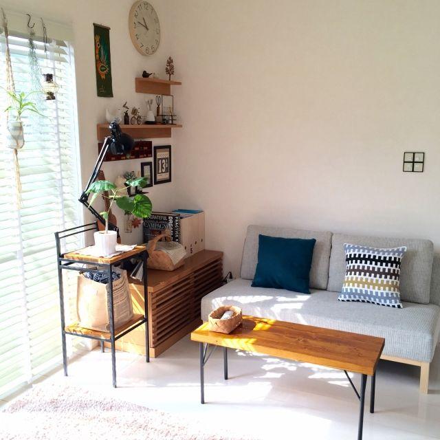 シンプルな部屋を木で味付け