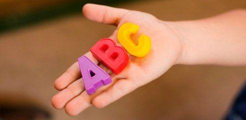 УЧИМ БУКВЫ    Несколько идей, как можно весело учить буквы.   1. Самое простое — это писать буквы и показывать их ребенку. При чем писать не только карандашом на бумаге, а извращаться и делать это самыми-самыми разными способами, лишь бы привлечь внимание ребенка. Пишите мелками на улице, пишите палочкой на песке, водным пистолетом на тротуаре, фломастерами и красками, карандашами и ручками, даже пальцем в манной крупе, а еще можно одолжить у папы во «временное» пользование пену для бритья и…