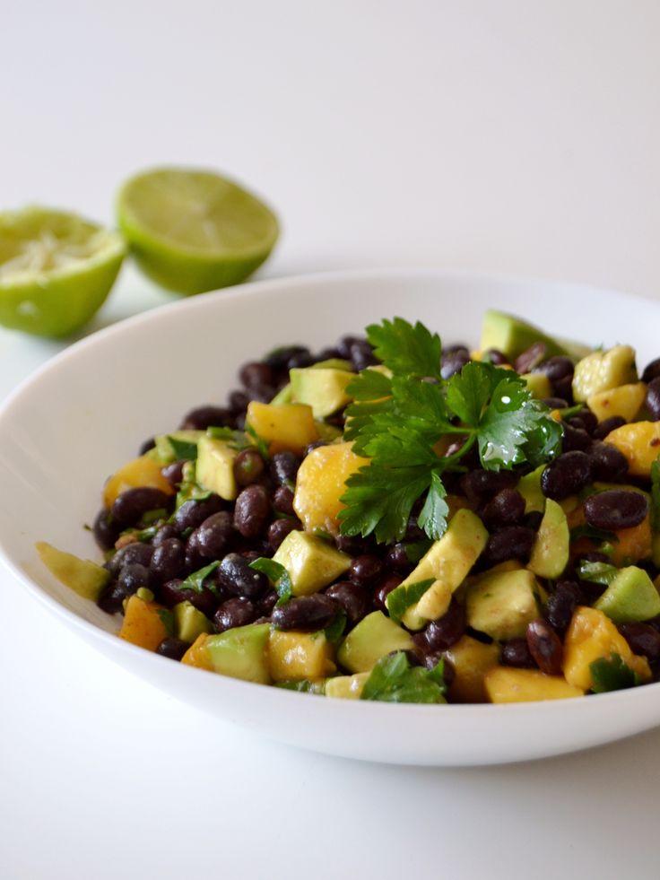 Salada de feijão preto, manga e abacate