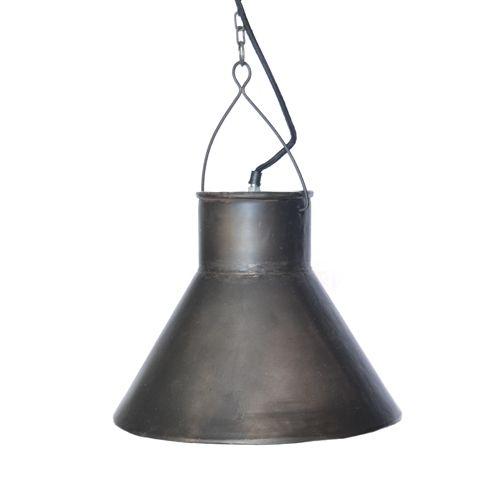 """Takpendel fra Trademark Living i rustikk og industriell utførelse. Sort / mørk grå. H 28 cm Ø 34 cm Stor pendel i """"Cottage"""" / """"hytte"""" stil! Røff og industriell med hint fra det vesten inspirerte. Er helt ypperlig å bruke på vilmarkshytta, men ikke minst like tøff over kjøkkenbordet hjemme! Rette og enkle former, men med en rå og industriell flate, blir lampen noe for seg selv. Laget av ..."""