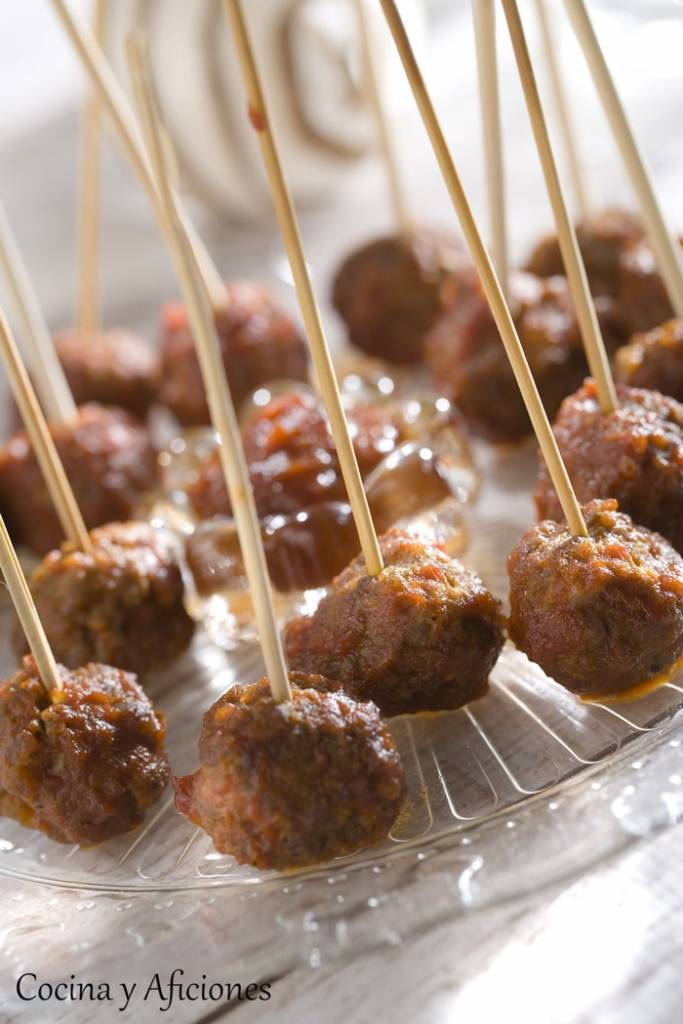 Mini albóndiga en salsa bourbon, receta paso a paso. Como aperitivo estas mini albóndigas son la bomba gastronómica, prepararlas y sacaselas a tus comensales cuando lleguen a casa, mientras se toma el vino o el vermú de bienvenida, será todo un espectáculo ya que están deliciosas... http://wp.me/p1smUs-caE