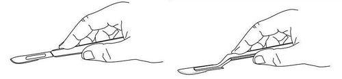 Imagen esquemática que representa el diseño del escalpelo, con mango plano, que se usa actualmente para la restauración de obras de arte; (Derecha): Imagen esquemática que representa el diseño del nuevo escalpelo, de mango con codo, propuesto por el departamento de Pintura (Pintura-Restauración) de la Facultad de Bellas Artes de la Universidad Complutense de Madrid