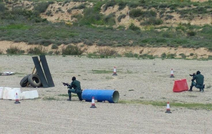 Yendo al objetivo. G36 es el Rifle de Asalto del Grupo de Acción Rápida de la Guardia Civil http://replicas-airsoft.com/55-g36-electrica #guardiacivil