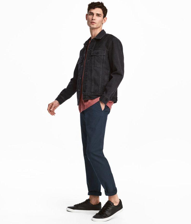 ¡Echa un vistazo! Chinos en sarga lavada y suave de algodón. Modelo con cintura estándar, cierre de cremallera con botón, bolsillos al bies y bolsillos traseros ribeteados. Perneras pitillo. – Visita hm.com para ver más.