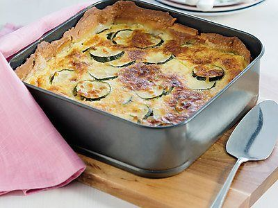 Hartige taart met courgette en kip. Foto uit Lekker Weten zomer 2015. Zelf maken? Ga naar https://www.ekoplaza.nl/recepten/hartige-taart-met-courgette-en-kip.html