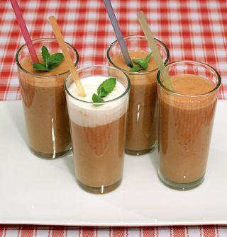 Batido frutal de kéfir e higos: Ingredientes: -500 cc. de kéfir -4 higos -2 damascos -8 nueces -2 cdas. de azúcar morena -1 trozo de piña -Menta para decorar  Preparación: 1.Batir todos los ingredientes en la licuadora 2.Refrigerar por 30 minutos. 3.Servir