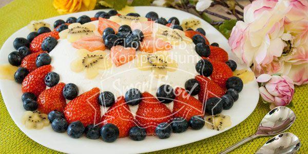 Joghurt-Bombe - ein fruchtig-erfrischendes Low Carb Dessert. Die Joghurt-Bombe mit bunten Beeren & Kiwi schmeckt bei Sonne besonders gut.