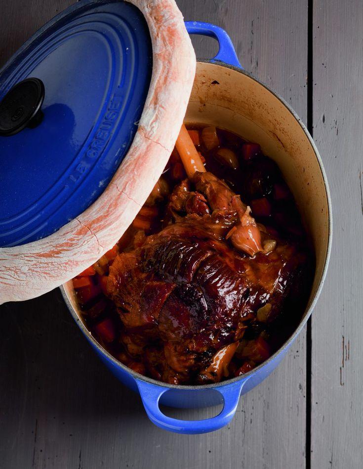 Cuit pendant plusieurs heures dans une cocotte avec une farandole de petits légumes, du thym et du laurier, le gigot de 7 heures…